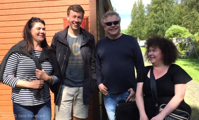 Iloista väkeä lähdössä Oulunsalosta lauttalle. Marianne Tunkkari, Jonathan Roozeman, Reijo Tunkkari, Sinikka Ala-Leppilampi.