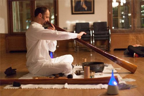 Konsertissa kuulemamme didgeridoo on Rob Gandaran rakentama CarbonyTM Slide Didgeridoo, jonka on ystävällisesti lainannut Bastiaan Anthonie Baaij – musiikin ammattilainen ja hengityksen hallinnan valmentaja.
