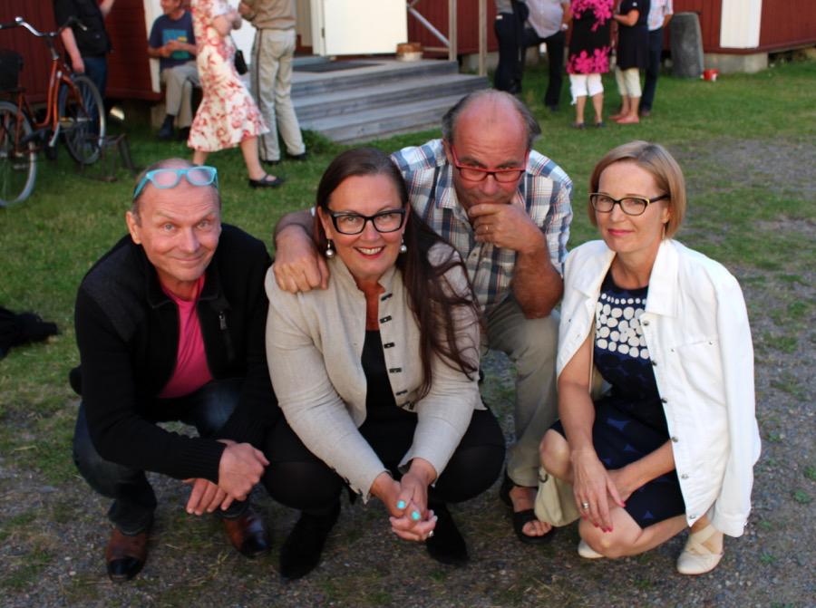 Pappilan väki ja Sipolat didgeridoonsoittoasenossa. Kuva © Eero Karvonen.
